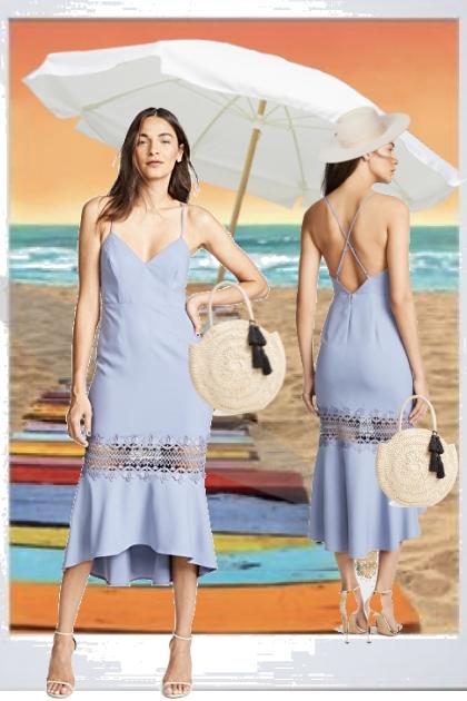 Blå kjole på stranda