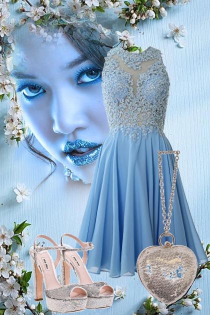 Blå blondekjole og sølv tilbehør