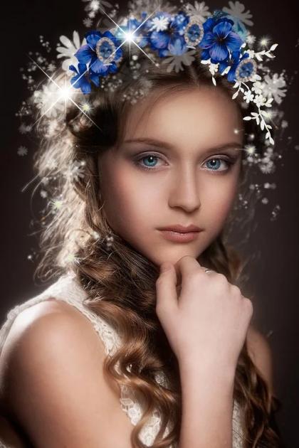 Jente med blå og hvite blomster