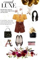 жолтый топ коричневые шорты