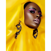 Black Model in Yellow - Pasarela -